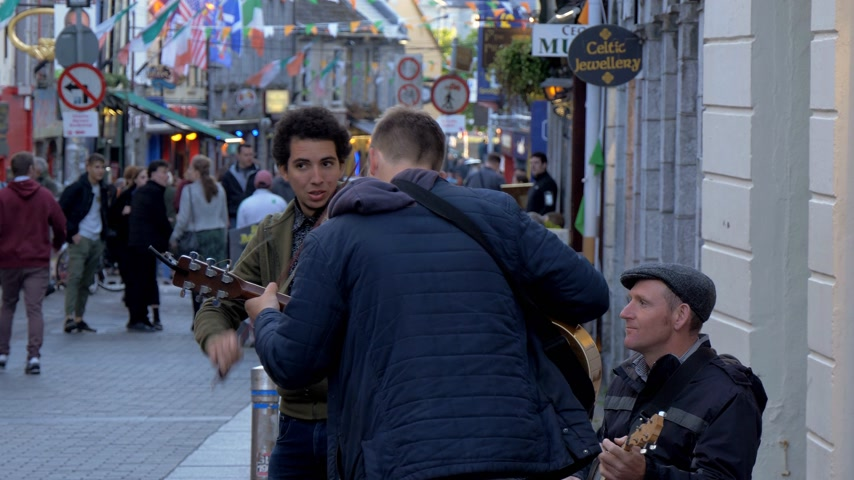 v řadě : Street musicians in the city of Galway Ireland - GALWAY, IRELAND - MAY 11, 2019