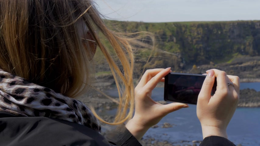 gigante : Taking photos at Giants Causeway Coast in Northern Ireland Stock Footage