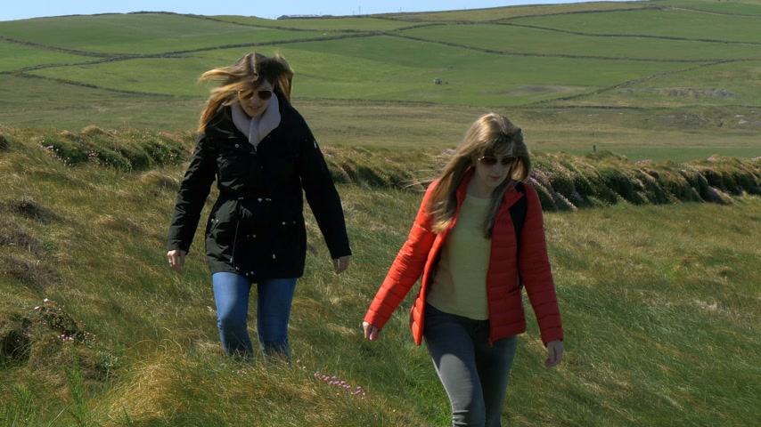 irlanda : Two women on a vacation trip to the Irish west coast