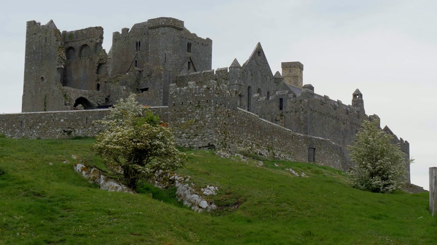 koyun : The iconic ruins of Rock of Cashel in Ireland Stok Video
