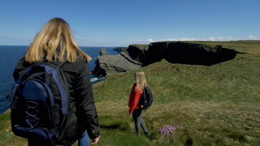 impacto : Two girls on vacation in Ireland