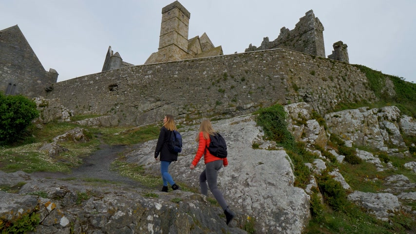 convento : Two girls on their journey in Ireland visit the famous Rock of Cashel