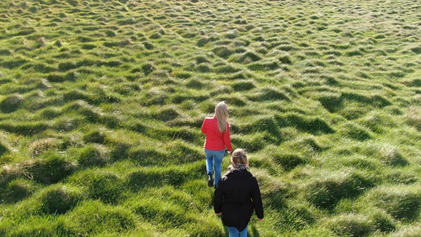 irlandês : Walking over the grasslands of Binevenagh in North Ireland - aerial view from a drone