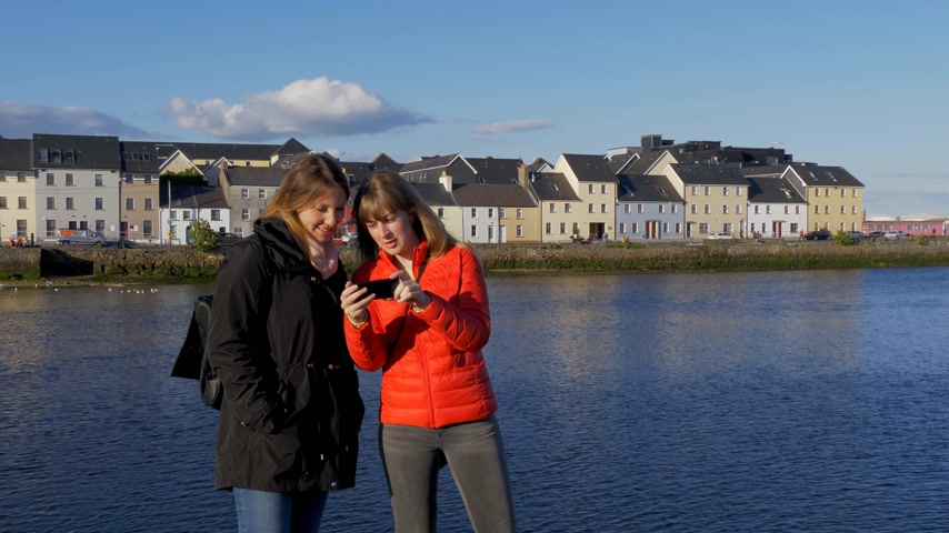 irlande paysage : Girls on a vacation trip in the city of Galway Ireland Vidéos Libres De Droits