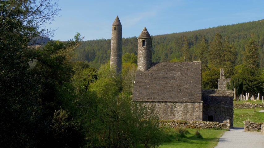 monacale : Ancient monasty in Glendalough Wicklow Mountains of Ireland Vidéos Libres De Droits