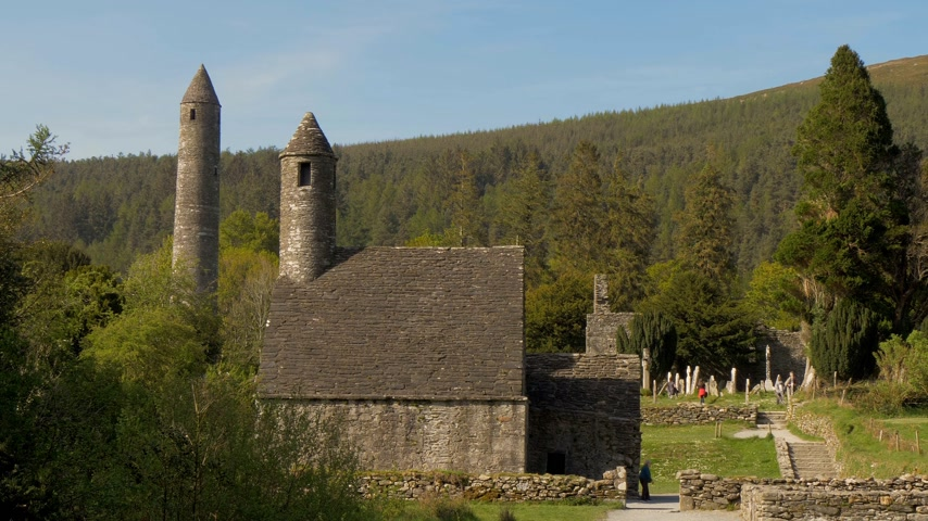 irlanda : Glendalough Monasty in the Wicklow mountains Ireland - GLENDALOUGH, IRELAND - MAY 14, 2019