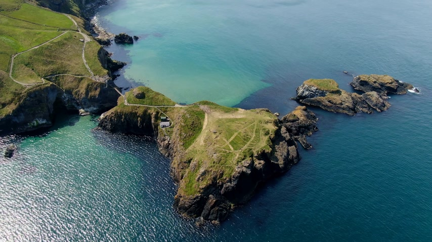 puente peatonal : Aerial view over Carrick-A-Rede Rope Bridge in North Ireland