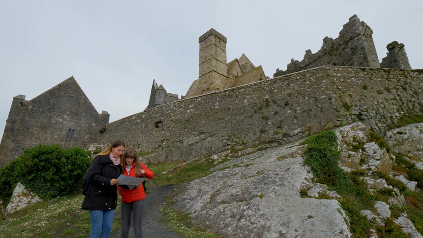 часовня : Two girls on their journey in Ireland visit the famous Rock of Cashel