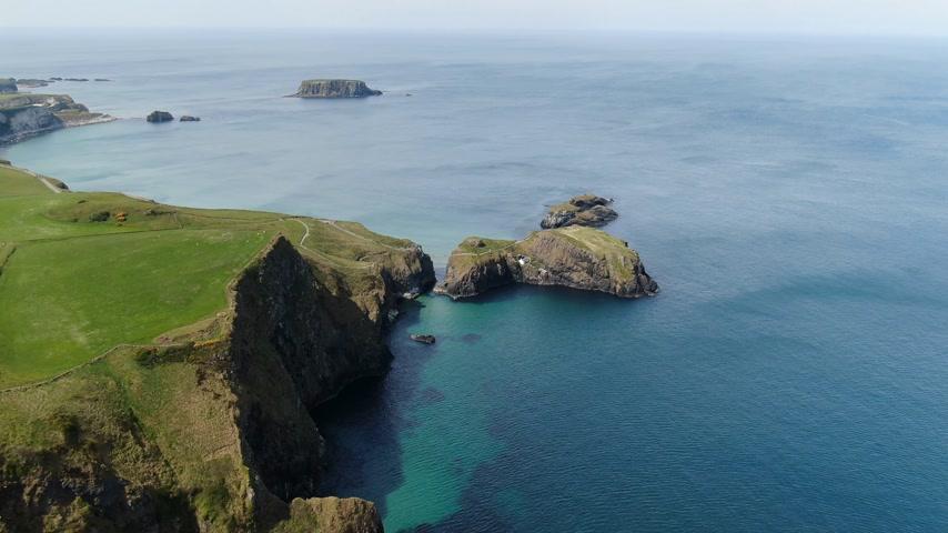 íngreme : Carrick-A-Rede Rope Bridge at Ballycastle North Ireland - aerial view