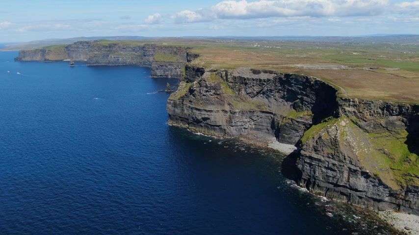 keltisch : Luchtfoto uitzicht over de beroemde Cliffs of Moher in Ierland Stockvideo