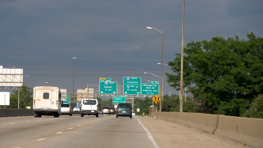ミシガン州 : Direction signs to Louisville and St Louis on the freeway - CHICAGO. UNITED STATES - JUNE 11, 2019