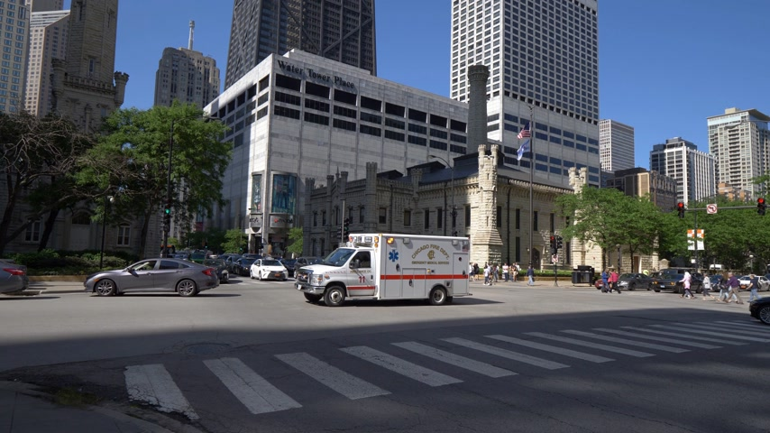 estados unidos da américa : Chicago Fire Department Ambulance car driving by - CHICAGO. UNITED STATES - JUNE 11, 2019 Stock Footage