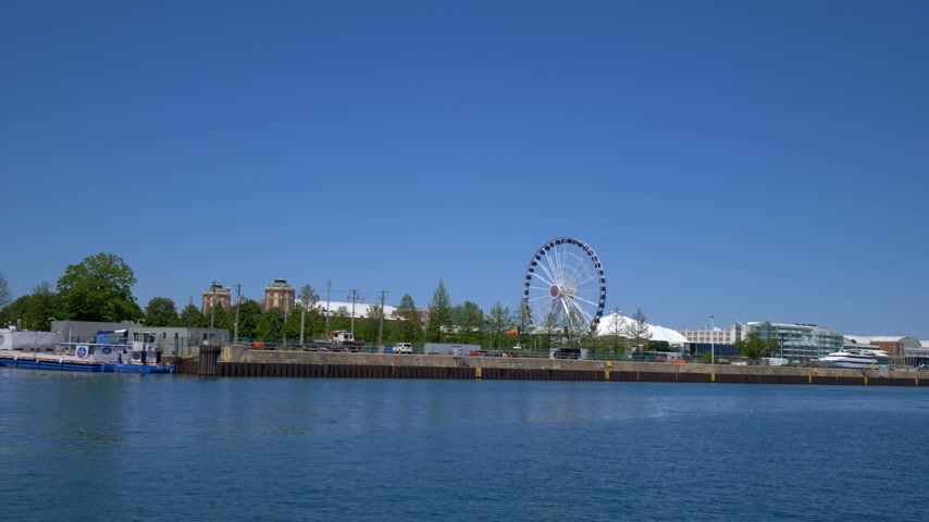 ミシガン州 : Cruise along Navy Pier in Chicago - CHICAGO. UNITED STATES - JUNE 11, 2019
