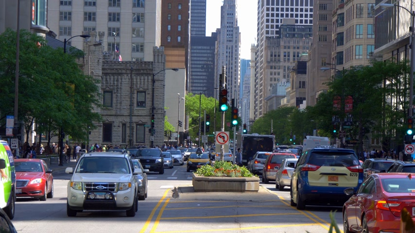 avenida : Street traffic on Michigan Avenue in Chicago - CHICAGO. UNITED STATES - JUNE 11, 2019 Stock Footage