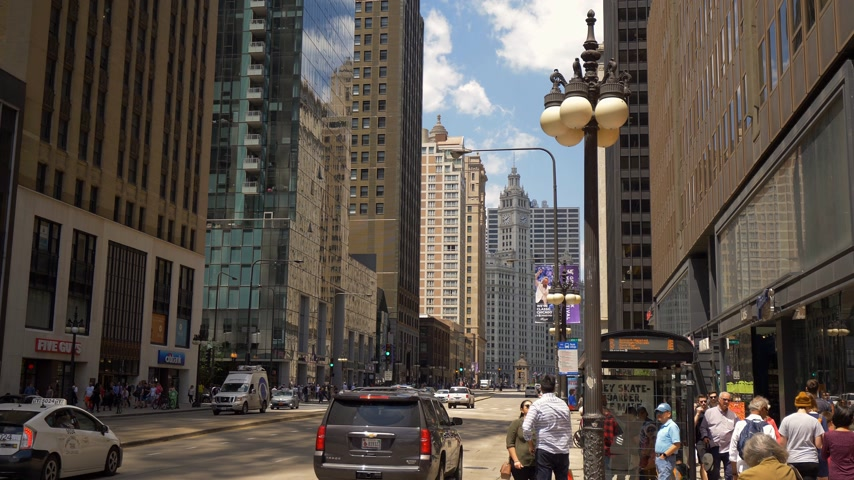 ミシガン州 : Michigan Avenue in Chicago on a sunny day - CHICAGO. UNITED STATES - JUNE 11, 2019