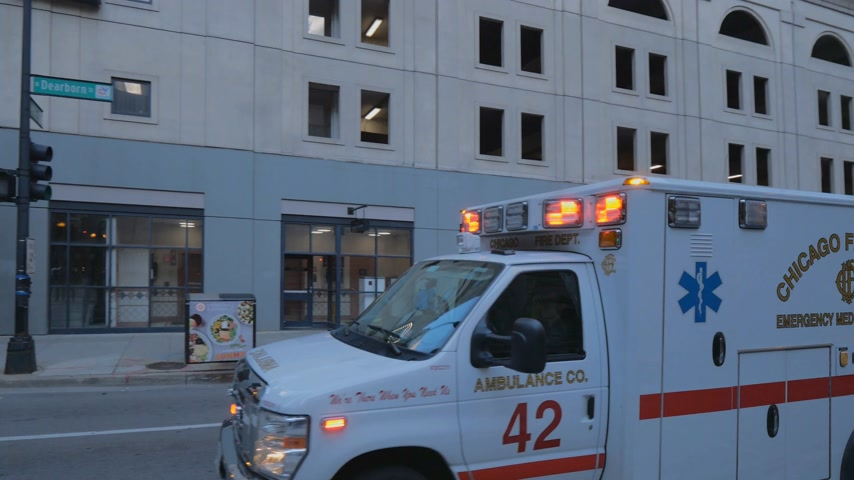 июнь : Emergency Ambulance Car in the streets of Chicago - CHICAGO, UNITED STATES - JUNE 11, 2019
