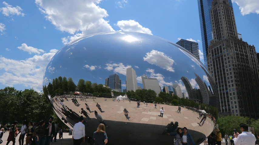 ミシガン州 : Millennium Park in Chicago with famous Cloud Gate - CHICAGO, UNITED STATES - JUNE 11, 2019