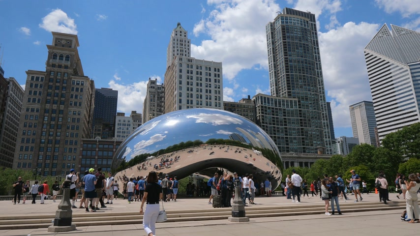 июнь : Millennium Park in Chicago with famous Cloud Gate - CHICAGO, UNITED STATES - JUNE 11, 2019