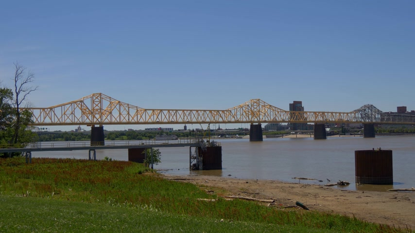 sud america : George Rogers Clark Memorial Bridge sul fiume Ohio - LOUISVILLE, USA - 14 GIUGNO 2019 Filmati Stock