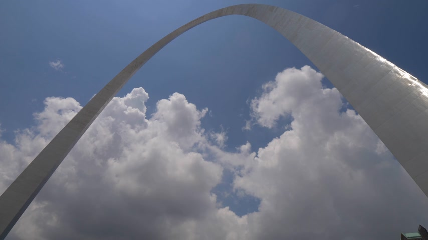 святой : Gateway Arch in St. Louis- SAINT LOUIS, USA - JUNE 19, 2019 Стоковые видеозаписи