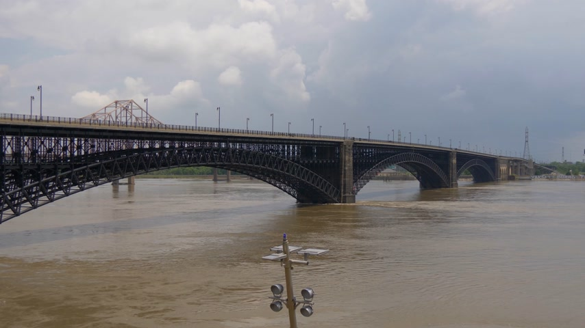 porta de entrada : Flood on Mississippi River at Saint Louis- SAINT LOUIS, USA - JUNE 19, 2019 Vídeos