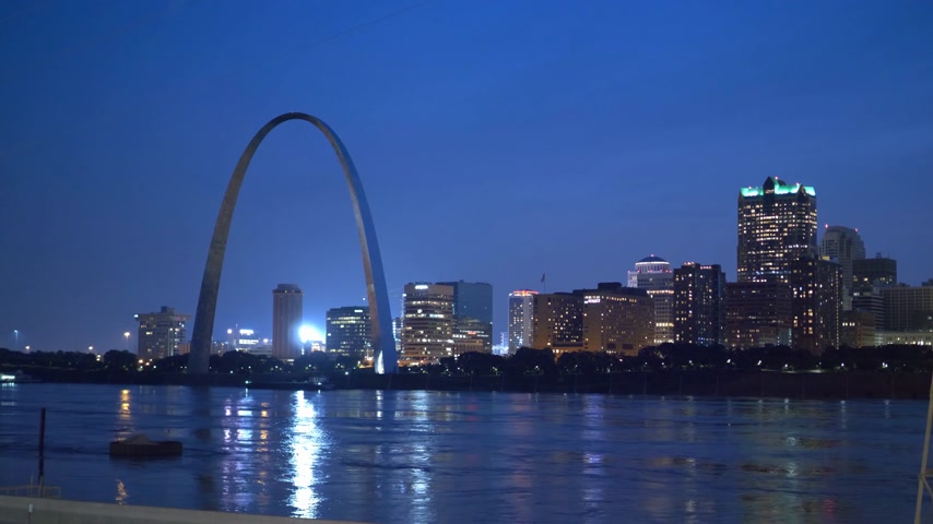 porta de entrada : Beautiful skyline of St Louis with Gateway Arch by night- SAINT LOUIS, USA - JUNE 19, 2019 Vídeos