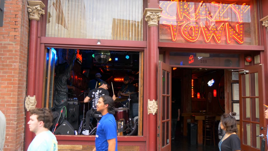 brodway : The music stages in the bars on Nashville Broadway - NASHVILLE, UNITED STATES - JUNE 16, 2019 Filmati Stock