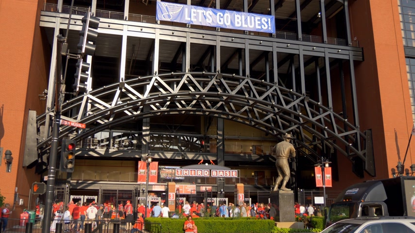 porta de entrada : Famous landmark in St. Louis - Bush stadium for the Cardinals- SAINT LOUIS, USA - JUNE 19, 2019 Vídeos