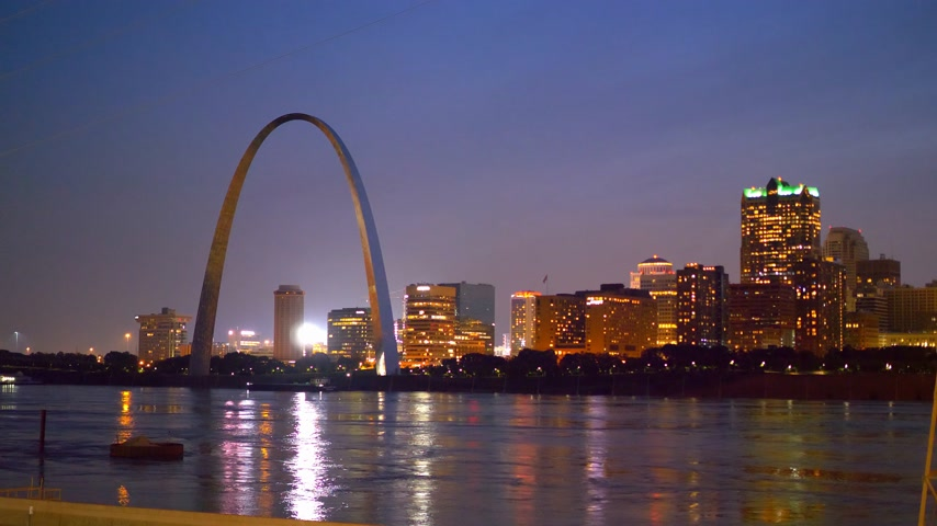 porta de entrada : Beautiful skyline of St Louis with Gateway Arch by night