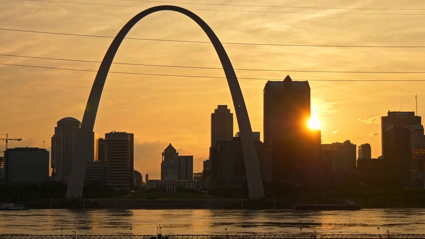 porta de entrada : Saint Louis skyline at sunset- SAINT LOUIS, USA - JUNE 19, 2019