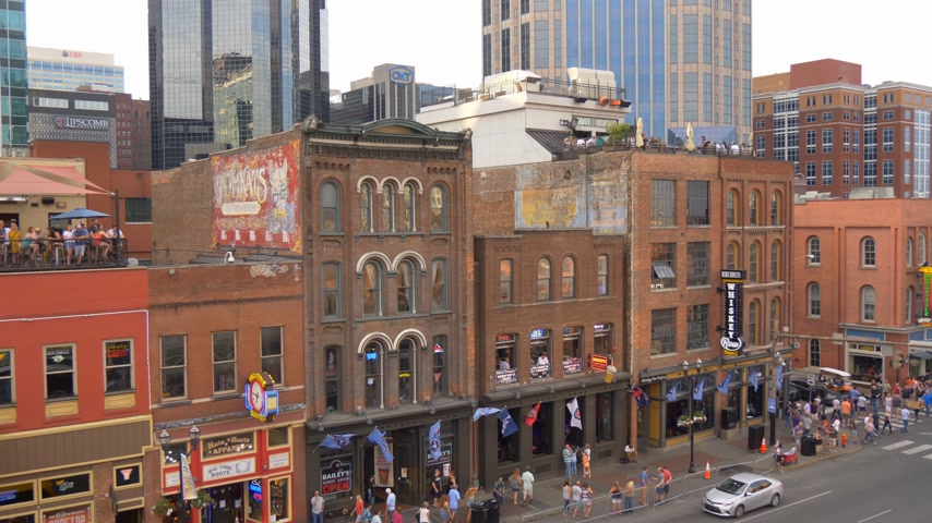 brodway : The famous Broadway in Nashville with all the bars and saloons - NASHVILLE, UNITED STATES - JUNE 16, 2019 Filmati Stock