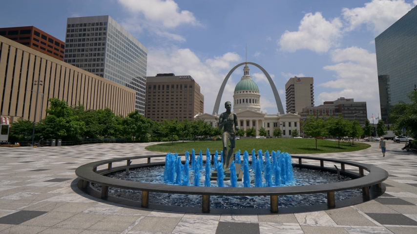 中西部 : Blue water fountain with Runner Statue at Kiener Plaza Park in St. Louis- SAINT LOUIS, USA - JUNE 19, 2019