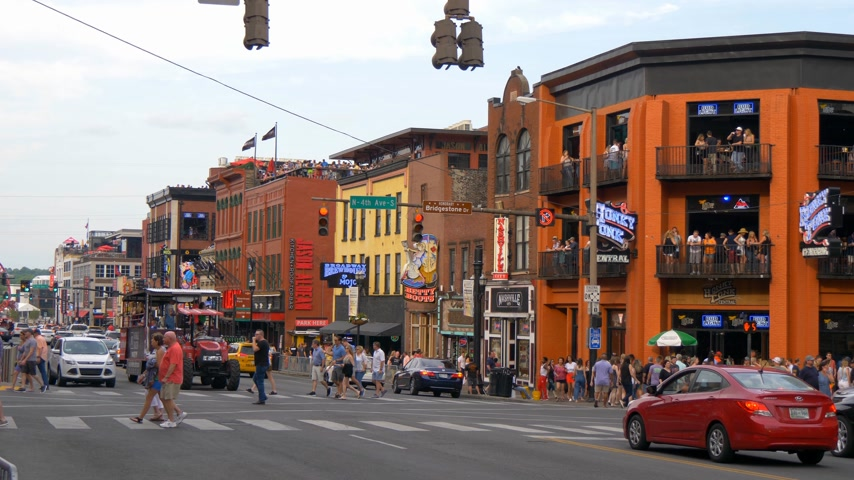 américa central : Honky Tonk Central on Broadway in Nashville - NASHVILLE, UNITED STATES - JUNE 16, 2019