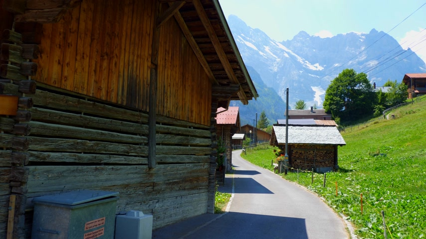 典型的な : Typical Swiss cottages and barns in the Alps of Switzerland - SWISS ALPS, SWITZERLAND - JULY 20, 2019