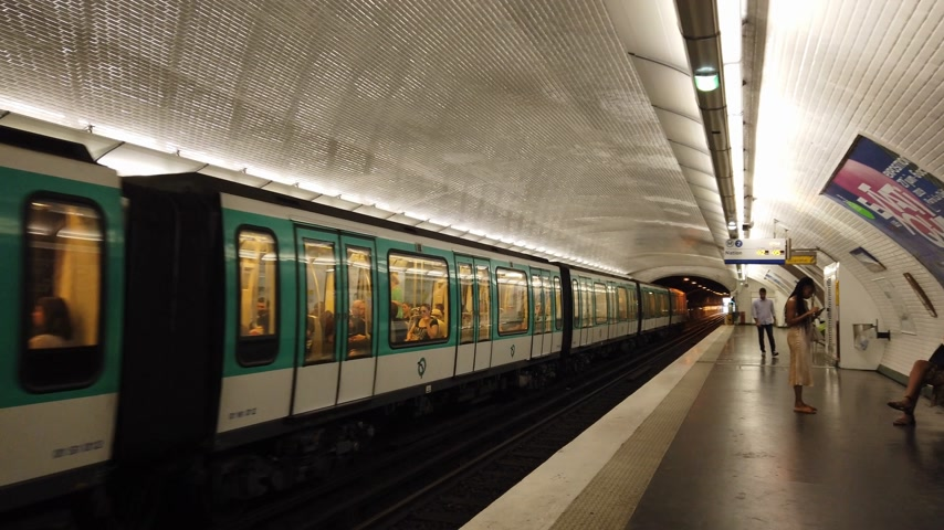 parigino : Subway station in Paris - Paris Metro public transport - PARIS, FRANCE - JULY 29, 2019 Filmati Stock