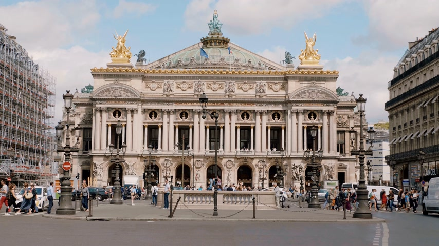 uliczka : Famous Opera Garnier in Paris - PARIS, FRANCE - JULY 29, 2019 Wideo