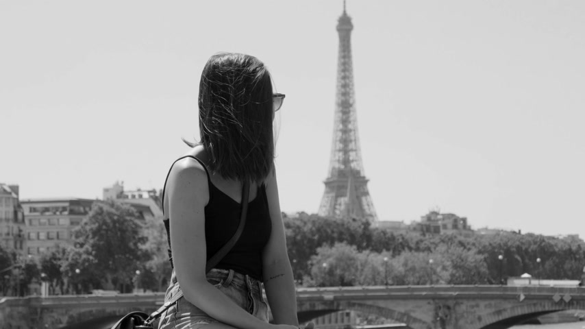 eiffel : Young French woman in Paris