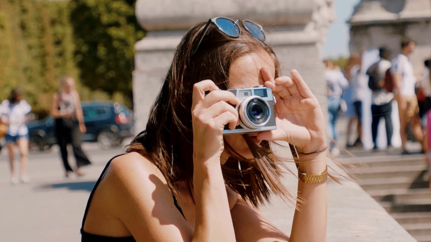 フランス : French woman takes pictures in Paris