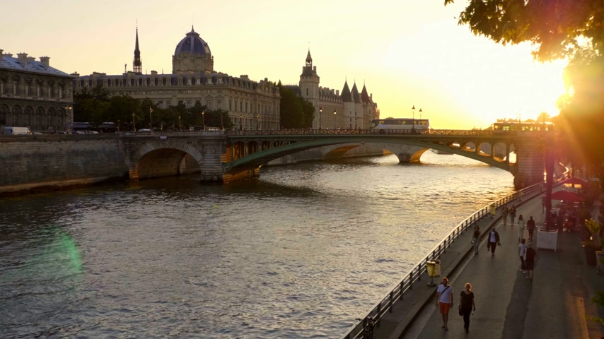 eiffel : Sunset over River Seine in Paris - PARIS, FRANCE - JULY 29, 2019 Stock Footage