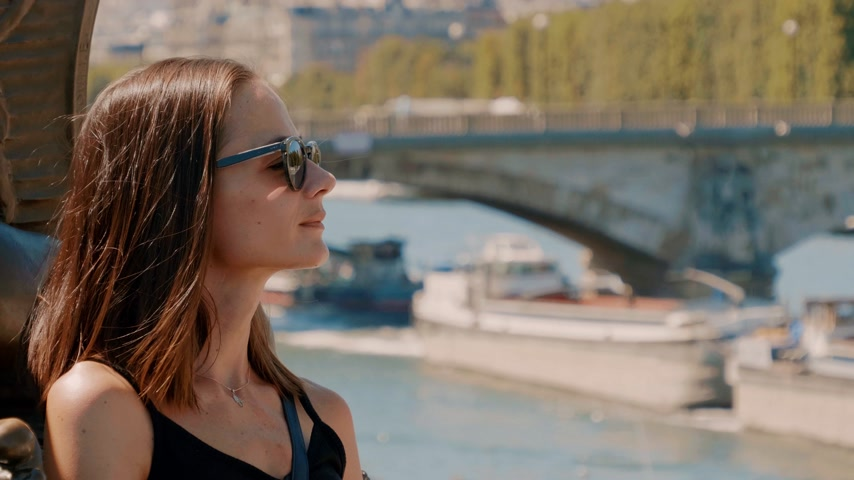 weekendje weg : French girl enjoys a sunny day at River Seine in Paris