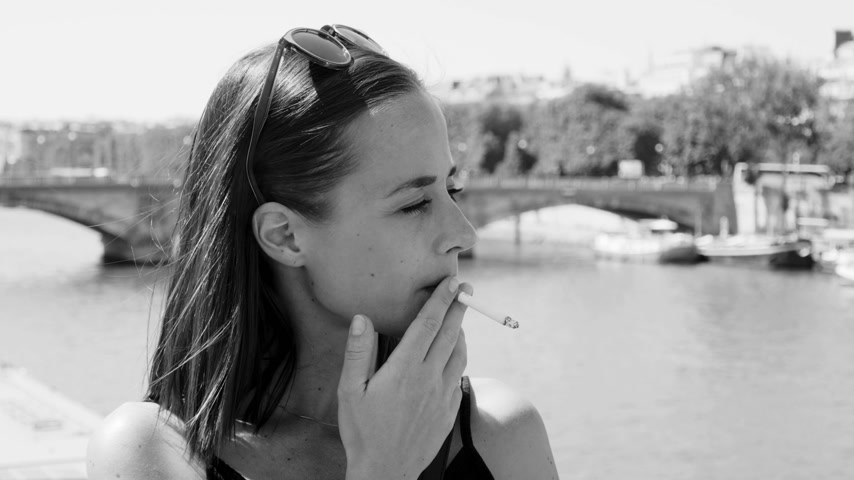 eiffel : Young woman smokes a cigarette in Paris