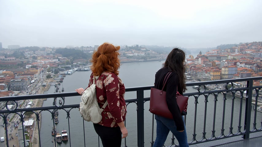 ポルトガル語 : Walking over Dom Luis Bridge in Porto