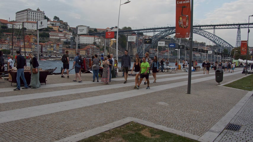 наследие : A popular place in Porto - the banks of Douro River - CITY OF PORTO, PORTUGAL - SEPTEMBER 18, 2019 Стоковые видеозаписи