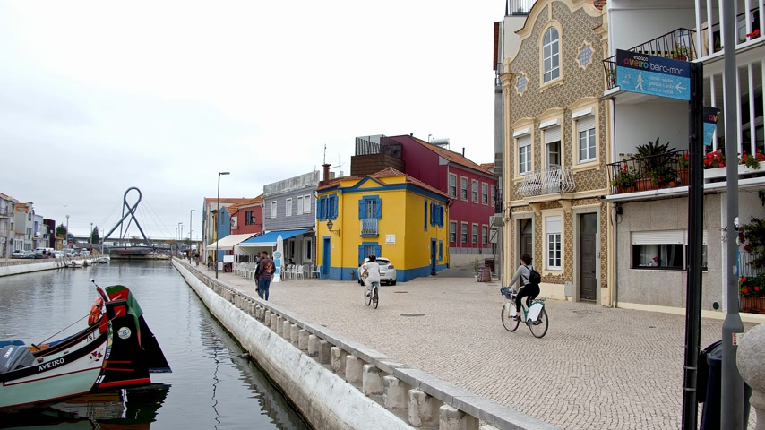 portugál : The colorful houses at the canals of Aveiro - CITY OF AVEIRO, PORTUGAL - SEPTEMBER 18, 2019 Stock mozgókép