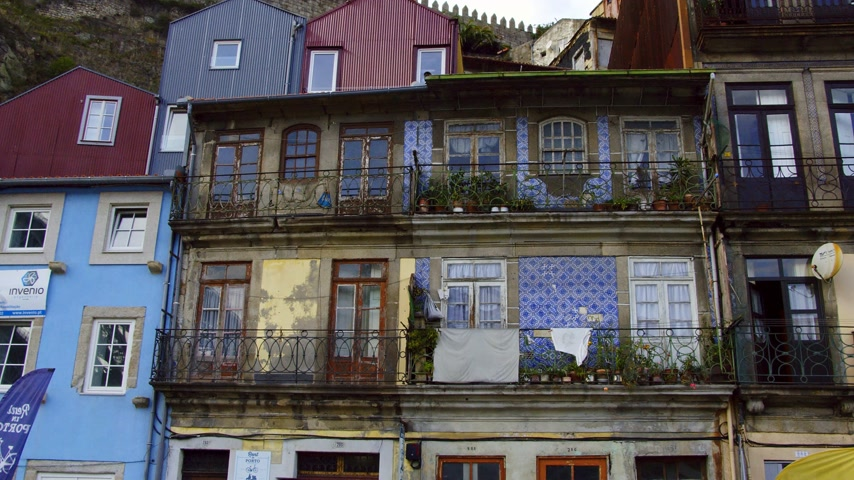 portugál : Typical houses in the historic district of Porto - CITY OF PORTO, PORTUGAL - SEPTEMBER 18, 2019