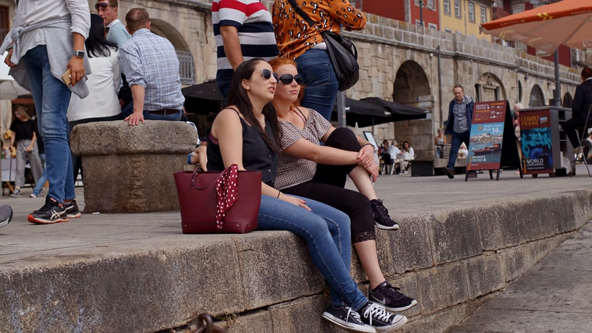 portugál : Relaxing at the banks of Douro River in Porto - CITY OF PORTO, PORTUGAL - SEPTEMBER 18, 2019