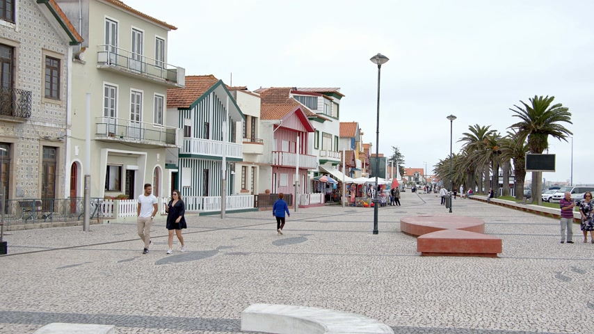 portugál : The typical color striped buildings at Costa Nova - CITY OF AVEIRO, PORTUGAL - SEPTEMBER 18, 2019 Stock mozgókép
