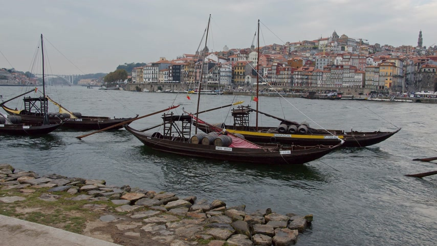 portugál : A popular place in Porto - the banks of Douro River - CITY OF PORTO, PORTUGAL - SEPTEMBER 18, 2019 Stock mozgókép