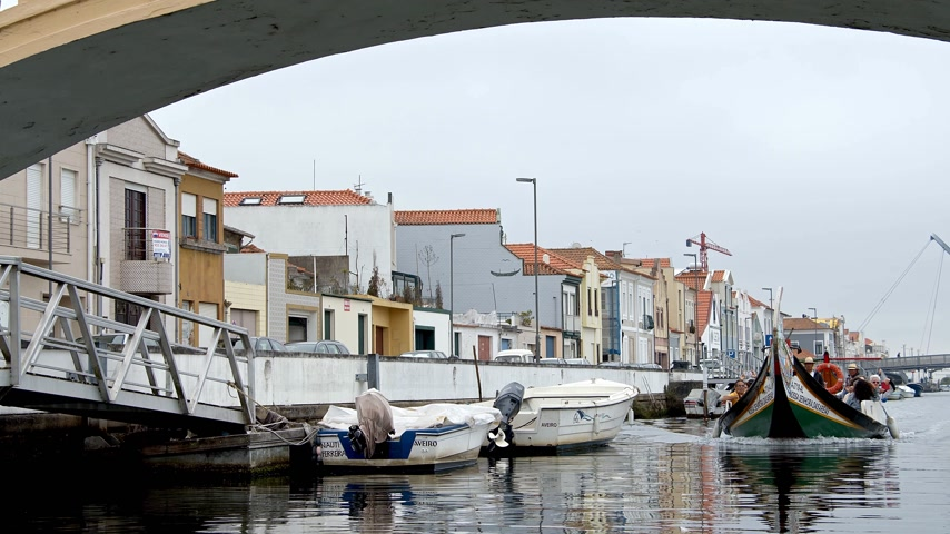 português : Very popular in the city of Aveiro - the gondola rides through the canals - CITY OF AVEIRO, PORTUGAL - SEPTEMBER 18, 2019 Stock Footage