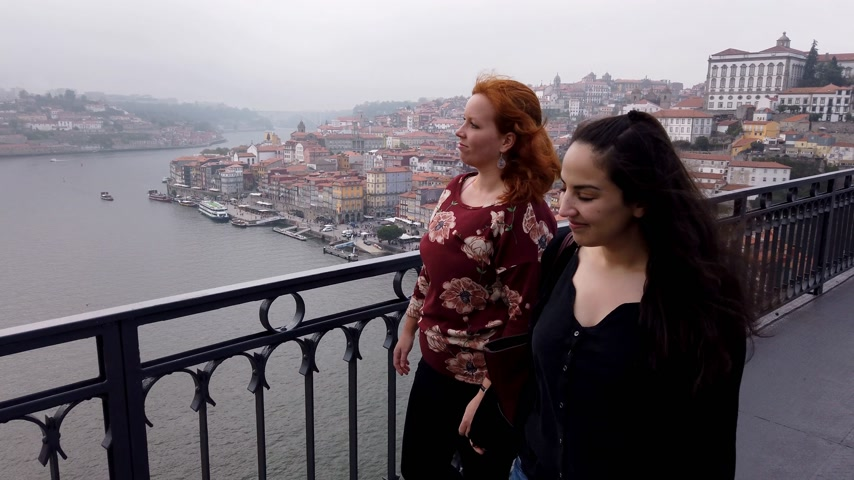 ポルトガル語 : Two friends visiting the city of Porto - CITY OF PORTO, PORTUGAL - SEPTEMBER 18, 2019